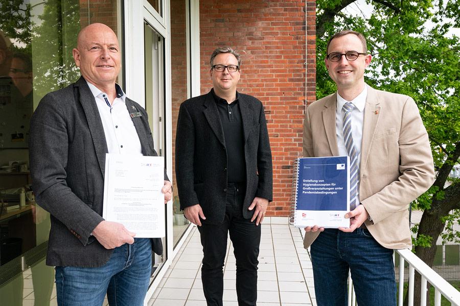 Bescheidübergabe in Kiel: Staatssekretär Dirk Schrödter (v.r.), Marten Pauls (ARGE KOSI) und Andreas Faust (Amt Schenefeld). © Staatskanzlei
